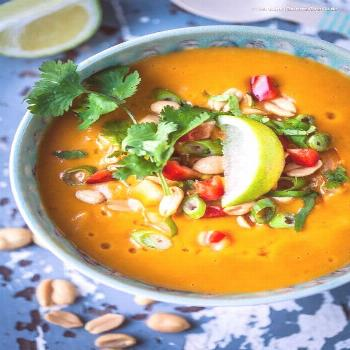 15-minute vegan sweet potato and coconut soup with peanuts and peppers. Delicious and healthy food