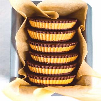 Make your own peanut butter cups using just 5 simple ingredients -- dark chocolate chips, peanut bu